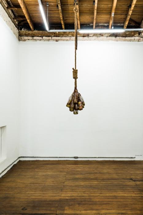 Paratudo | Objeto | Garrafa, corda, planta guiné, cachaça e cortiça | 60x60x180 cm | Foto: Pedro Victor Brandão | 2015