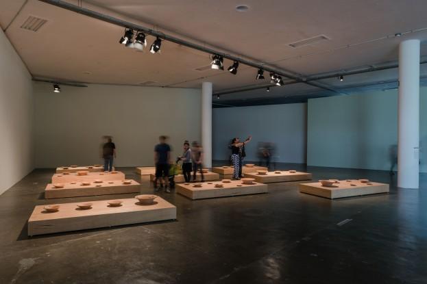 Dalton Paula | Rota do tabaco | Instalação de pinturas sobre alguidares de 15, 30 e 50 cm Ø | Foto: Leo Eloy/ Estúdio Garagem/ Fundação Bienal de São Paulo | 2016