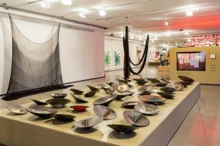 Bamburrô | Óleo e folha de ouro sobre 40 bateias e 5 gamelas de madeira e metal | Instalação de 3 x 7 m | Foto: Paulo Rezende | 2019